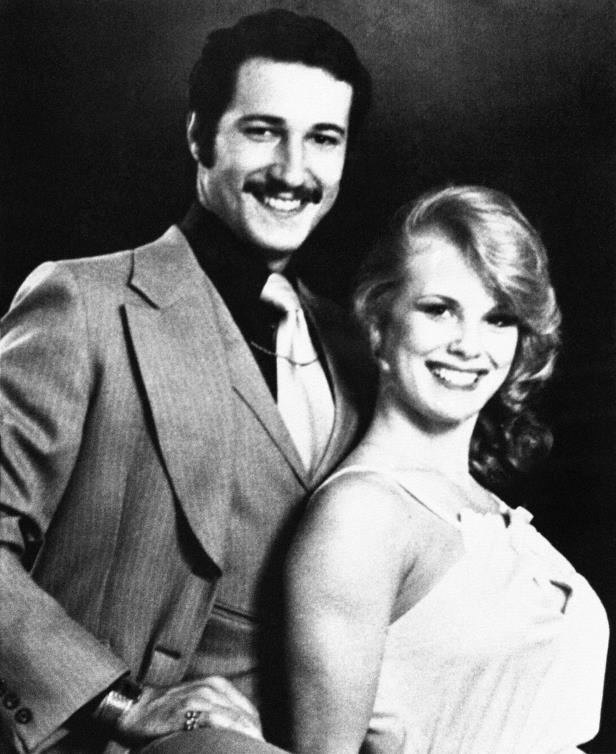 https://static.pressfrom.info/upload/images/real/2017/09/29/playmate-dorothy-stratten-and-husband-paul-snider-in-a-1978-wedding-photo__52717_.jpg?cоntent=1